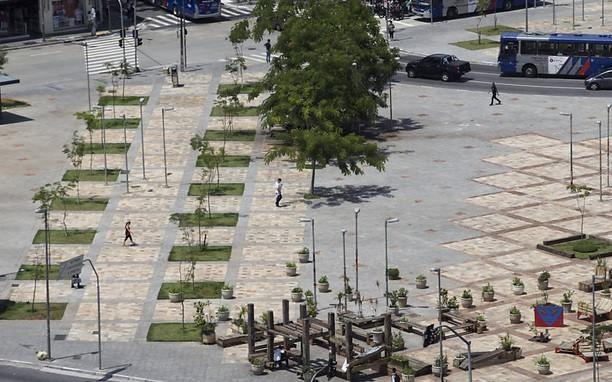 ©http://www1.folha.uol.com.br/cotidiano/2015/01/1576528-grupo-desafia-prefeitura-e-planta-32-arvores-no-largo-da-batata-em-sp.shtml