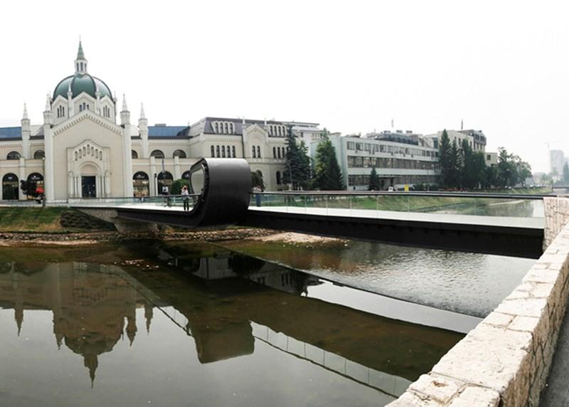 Skulpturalno oblikovanje mosta 'Festina Lente', autori Adnan Alagić, Bojan Kanlić i Amila Hrustić