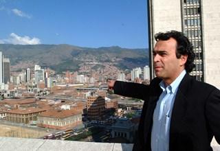 Sergio Fajardo i sastanci manjih zajednica unutar neformalnih naselja http://www.semana.com/on-line/articulo/cual-secreto-sergio-fajardo-para-obtener-90-ciento-aprobacion-su-gestion/81072-3 ©http://policytransfer.metropolis.org/case-studies/heartfelt-houses-proyecta-juan-bobo