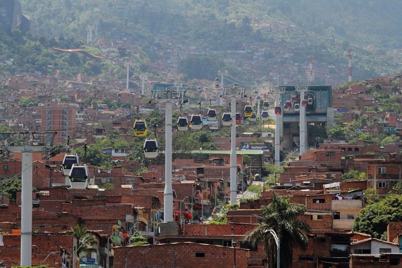 Žičara kao osnovni oblik javnog gradskog prevoza i način povezivanja neformalnih naselja http://www.skyscrapercity.com/showthread.php?t=769074&page=191
