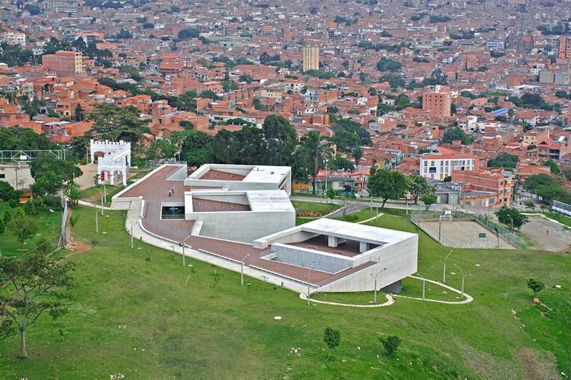 Biblioteka i škola La Ladera http://arqa.com/arquitectura/parque-biblioteca-publica-leon-de-greiff-en-medellin-colombia.html