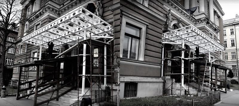 Nadstrešnica iznad ulaza u zgradu Rektorata i Pravnog fakulteta Univerziteta u Sarajevu, foto: Nedim Grabovica, izvor: klix.ba