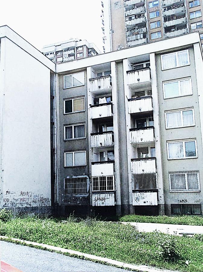 Na četrvrtom spratu je naš stan, na slici ispred se vidi zapušteno igralište, za vrijeme rata